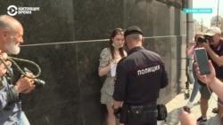 На Лубянке задерживают журналистов, которые вышли с пикетами в поддержку Ивана Сафронова