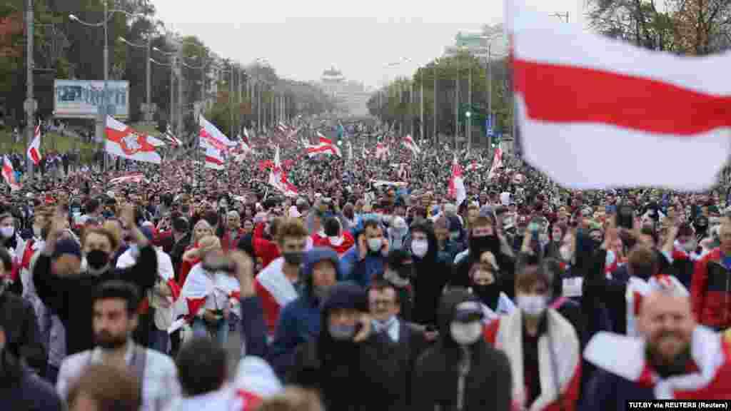 Несмотря на задержания, в марше в Минске приняли участие, по оценкам независимых СМИ, более 100 тысяч человек