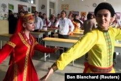 Жители лагеря в Кашгаре танцуют и поют для журналистов