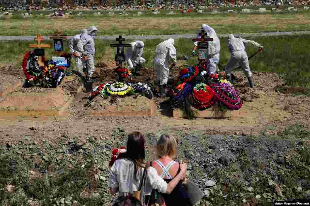 Похороны человека, предположительно умершего от COVID-19, на специальном участке кладбища на окраине Санкт-Петербурга, Россия, 26 июня 2020 года