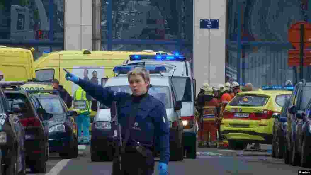 Полиция и спасатели у станции метро