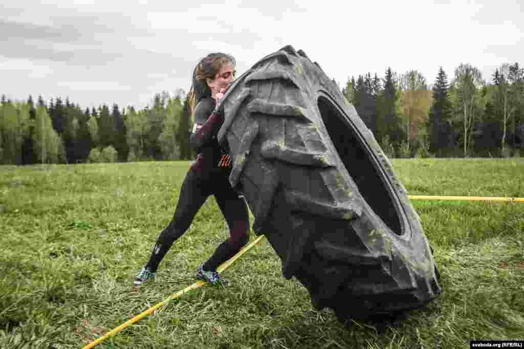 На полосе препятствий – целых два упражнения на силу с огромными резиновыми шинами. В первом спортсмен оттаскивает колесо от кола, чтобы натянулась цепь, а затем возвращается к колу и, сидя, тянет за цепь до соприкосновения колеса с колом. Второе упражнение заключается в переворачивании колеса на дистанции 15-20 м. Тащить или катить колесо при этом запрещается