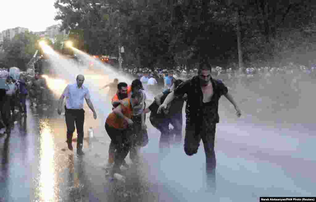 22 июня полиция приминила силу к протестующим и журналистам, после чего начальник полиции принес официальные извинения