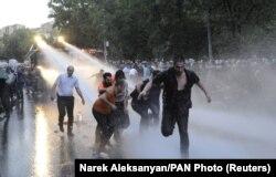 Разгон демонстрантов водометами. Ереван, 23 июня 2015