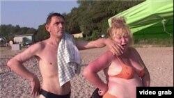 """Кадр из фильма """"Жар нежных. Дикий пляж""""."""