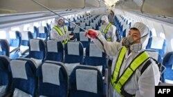 Дезинфекция самолета, прилетевшего в Южной Кореи