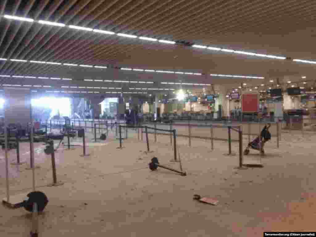 Зал аэропорта после взрывов