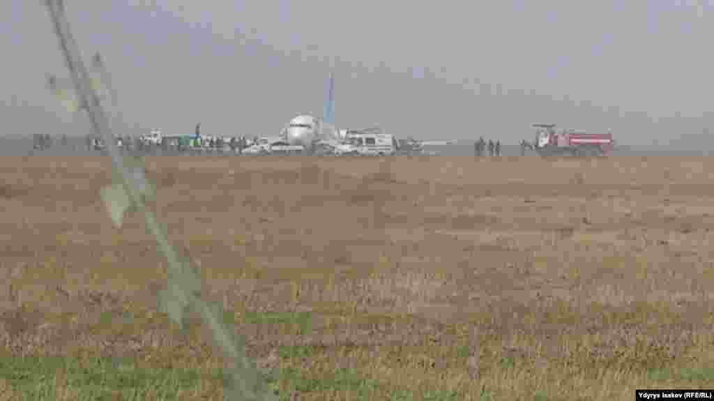 На место ЧП работает служба спасения аэропорта, специалисты МЧС и милиция