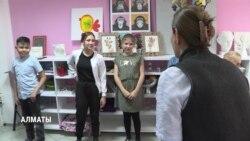 В Казахстане победившие рак дети играют в благотворительных спектаклях