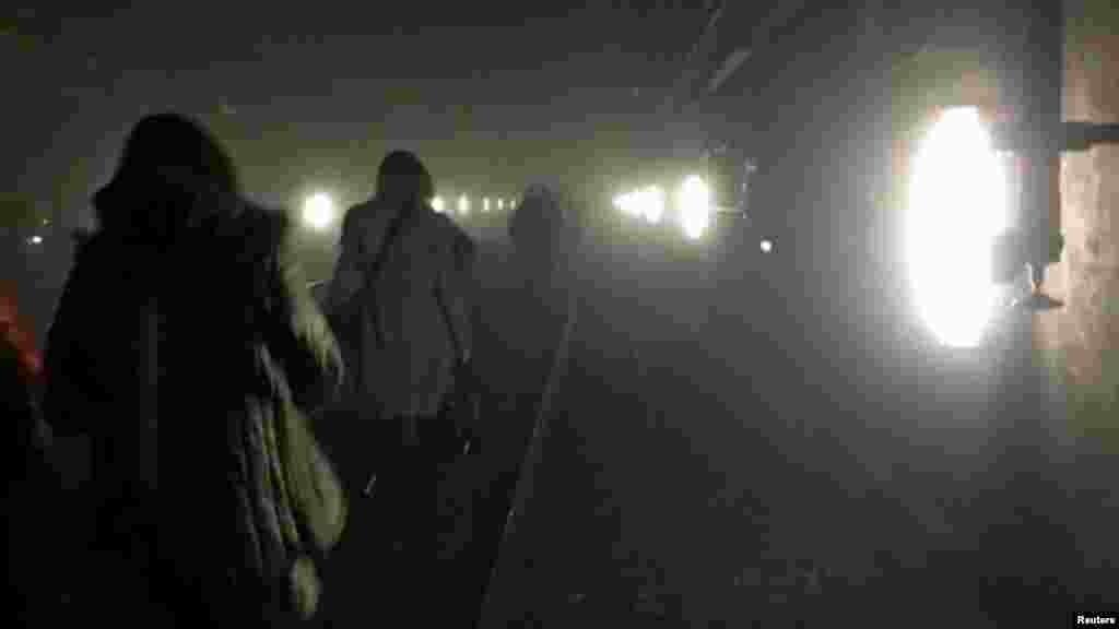 Пассажиры идут по тоннелю в метро во время эвакуации