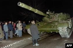 Литовец требует остановить советский танк. Вильнюс, январь 1991 года