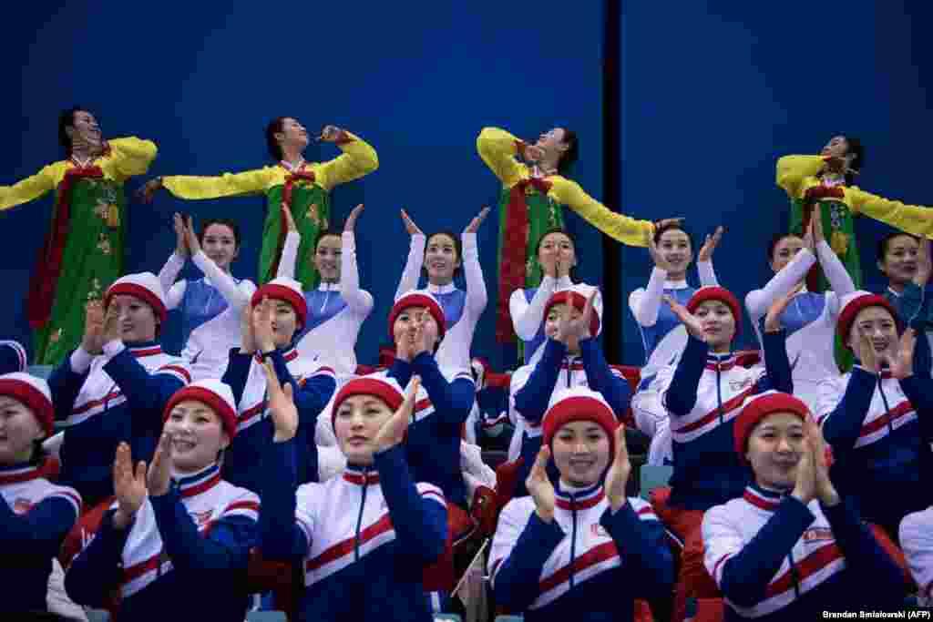 Девушки танцуют на матче по хоккею между женскими сборными объединенной Кореи и Японии. 14 февраля 2018