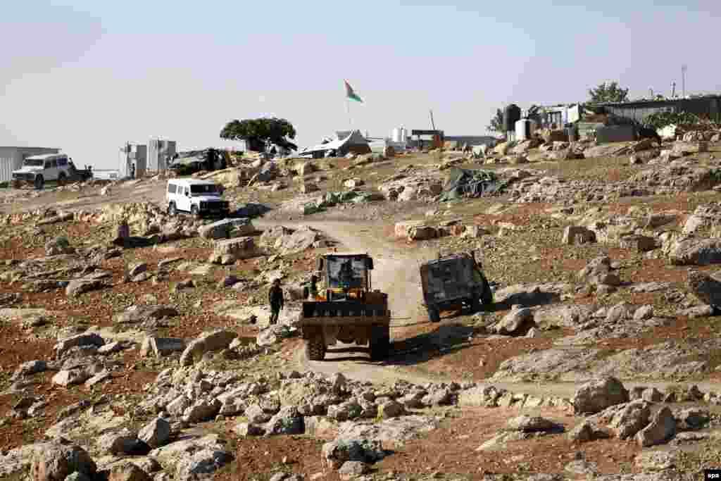 Активисты пропалестинских движений считают, что израильская армия использует снос жилья как метод подавления или профилактики возможных восстаний. А представители ЕС неоднократно критиковали власти Израиля за снос домов, на которые Союз выделяет деньги в качестве гуманитарной помощи