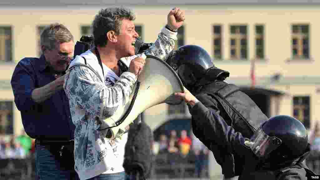 Полиция пытается задержать Бориса Немцова во время его речи на одном из оппозиционных митингов в Москве