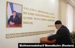 Мужчина голосует во время парламентских выборов в Узбекистане. Декабрь 2019