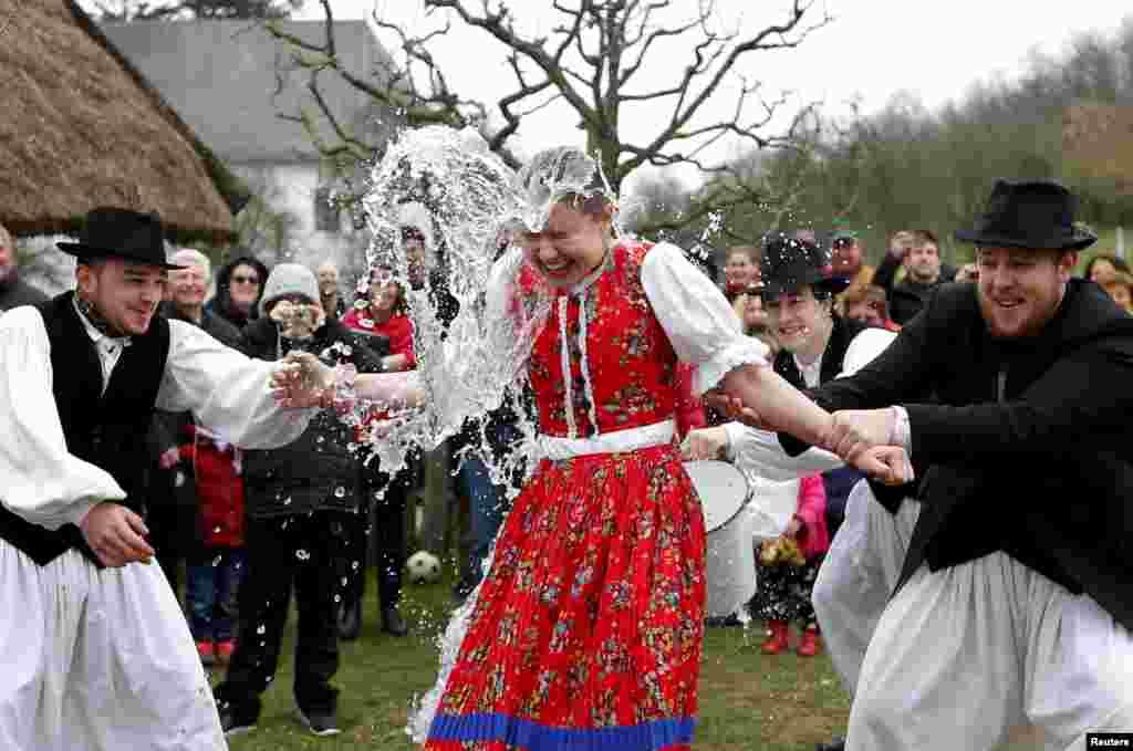 По восточноевропейской традиции, во время празднования Пасхи мужчины обливают женщин и молодых девушек холодной водой, чтобы придать им здоровья и красоты. На фото – обливания в венгерской деревушке Сенна