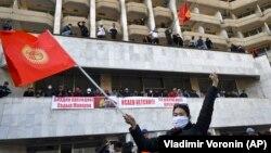 Сторонники Садыра Жапарова на митинге в Бишкеке