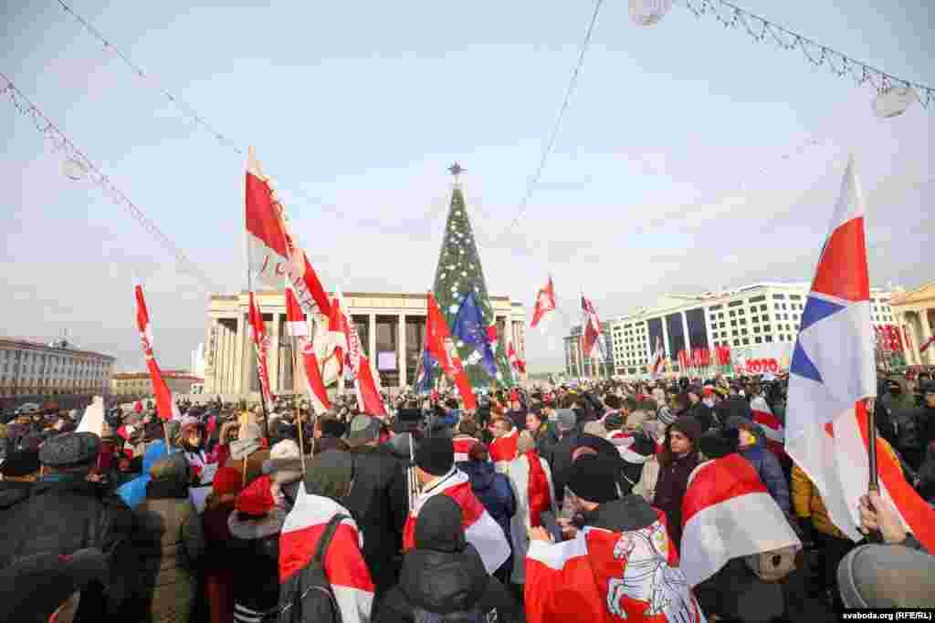 После 12:00 по минскому времени люди собрались на Октябрьской площади. По оценке корреспондента белорусской службы Радио Свобода, там собралось до тысячи человек. Фото: svaboda.org (RFE/RL)