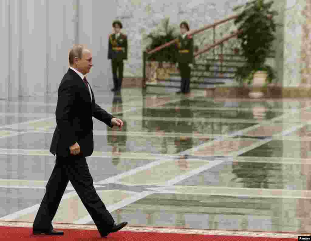 Владимир Путин входит во Дворец независимости в Минске. 11 февраля