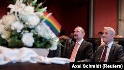 Однополая пара Карл Крейль и Бобо Менде на церемонии бракосочетания в Берлине 1 октября