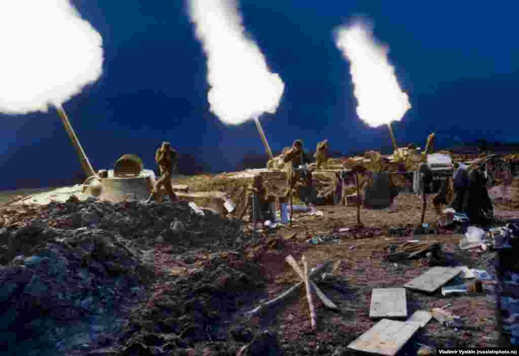 Российские войска обстреливают противников во время Второй чеченской войны, 1999