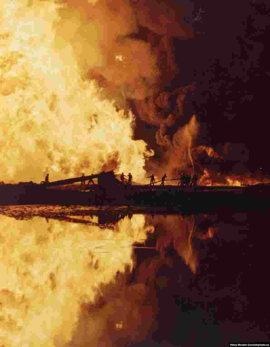 Спасатели тушат пожар на богатом нефтью Каспийском побережье, 1980 год