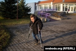 Обычно при ходьбе Максим опирается на костыли