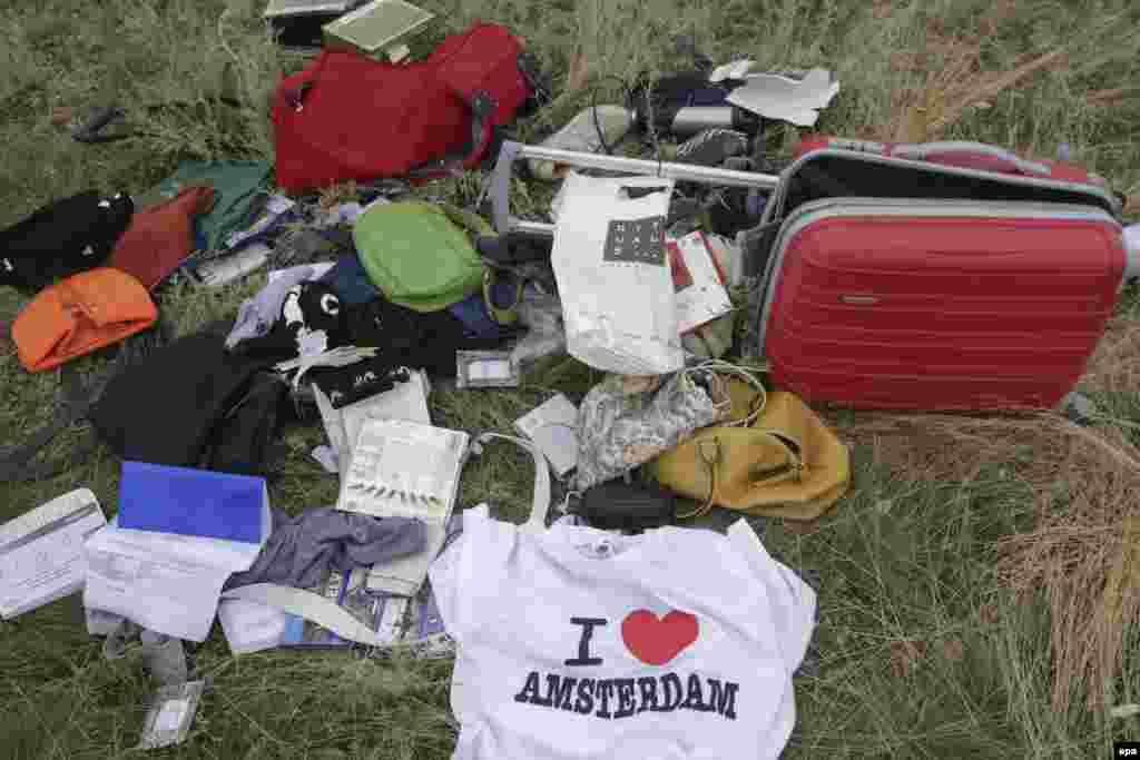 Вещи пассажиров сбитого малайзийского самолета