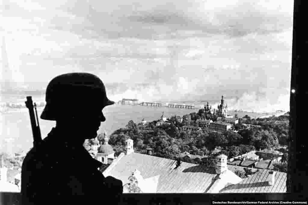 Нацистский караульный в Киеве, 19 сентября 1941 года. Договор о ненападении между Германией и Советским Союзом действовал два года, в июне 1941 года нацисты внезапно атаковали СССР. В течение нескольких недель немецкие войска захватили восток Польши, Белорусскую ССР а также большую часть Украинской ССР и другие территории советских республик