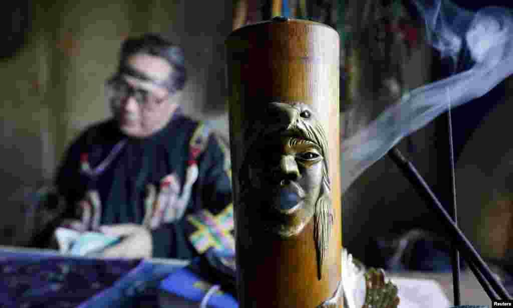 """Шаманство наравне с буддизмом широко распространено в Республике Тува. В регионе существуют свои шаманские общества, одно из них - Дунгур [бубен]. На фото - шаман общества """"Дунгур"""" предсказывает судьбу"""