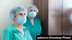 Медработницы инфекционного отделения Псковской больницы на встрече с губернатором