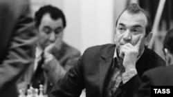 Виктор Корчной в 1973 году, на заднем плане шахматист Тигран Петросян