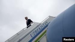 Джон Керри в аэропорту Самарканда, Узбекистан