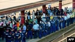 Полицейские окружили мигрантов из Сирии на железнодорожной платформе Кёбанья-Кишпешт