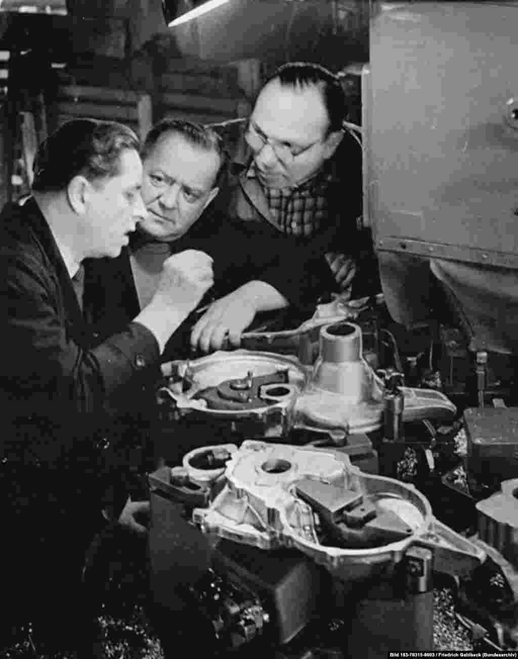 """В разгар холодной войны Восточная Германия столкнулась с проблемой. Вернее, проблем у нее было много, но нехватка сырья была из них самой насущной. Поскольку стали катастрофически не хватало, инженерам, перед которыми поставили задачу создать """"народный автомобиль"""", пришлось задействовать всю свою изобретательность."""
