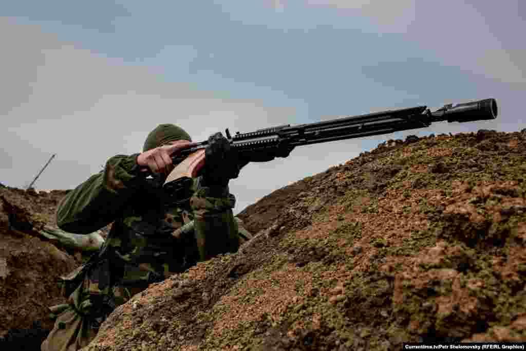 """Боец батальона """"Азов"""" во время ожесточенной перестрелки вблизи Мариуполя, село Широкино. 18 апреля 2015"""