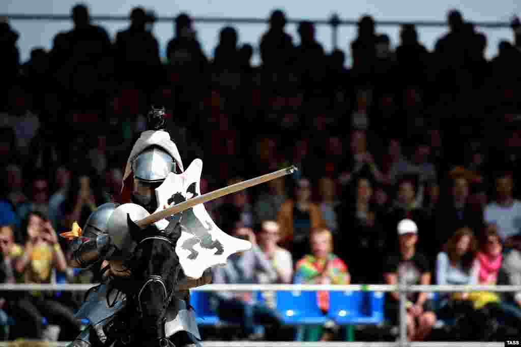 В рамках турнира проходили соревнования по джостингу – древнему виду конного спорта, когда два рыцаря скачут на конях друг другу навстречу с копьем. Побеждает тот, кто удержится в седле