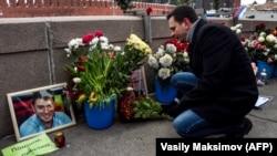 Илья Яшин у мемориала на месте убийства Бориса Немцова. 25 февраля 2018 года
