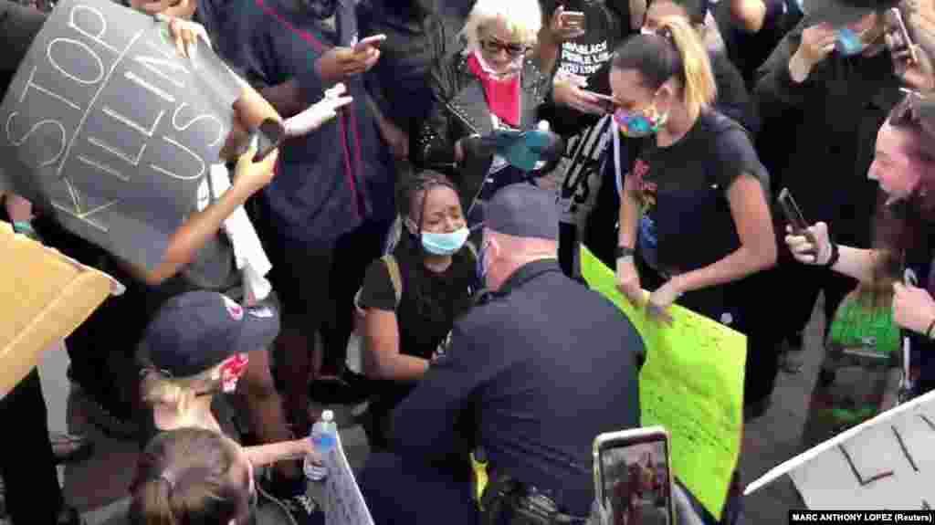 Глава полиции Окли Эрик Кристенсен общается с протестующими, преклонив колено. Калифорния, 31 мая 2020