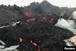 Тлеющая лава, образовавшаяся в результате извержения вулкана Ньирагонго. Окрестности города Гома в Демократической Республике Конго, 23 мая 2021 года. Фото: Reuters