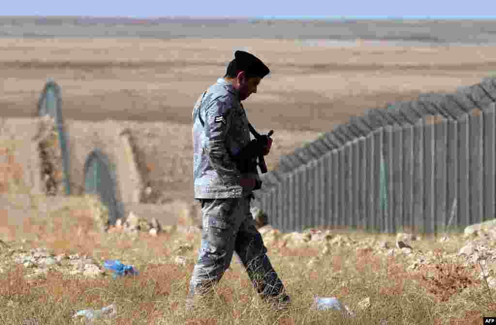 """В попытках защитить себя от боевиков так называемого """"Исламского государства"""" Саудовская Аравия воздвигла стену на границе с Ираком, которую патрулируют военные. Однако это – не единственное подобное сооружение на границе арабского государства, в 2013 году появился забор и на границе с Йеменом"""
