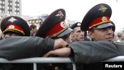 Милиция наблюдает за участниками акции протеста в Москве, сентябрь 2012