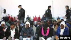 Немногие из спасенных мигрантов на Сицилии, апрель 2015 года