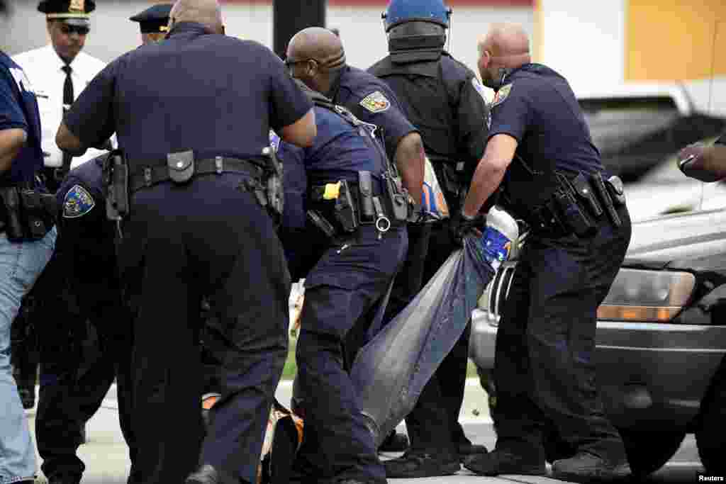 Полиция задерживает участников уличных протестов в Балтиморе