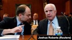 Владимир Кара-Мурза и Джон Маккейн перед слушаниями в Сенате в 2017 году