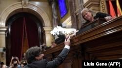 Глава Каталонии Карлес Пучдемон сдает свой бюллетень для голосования