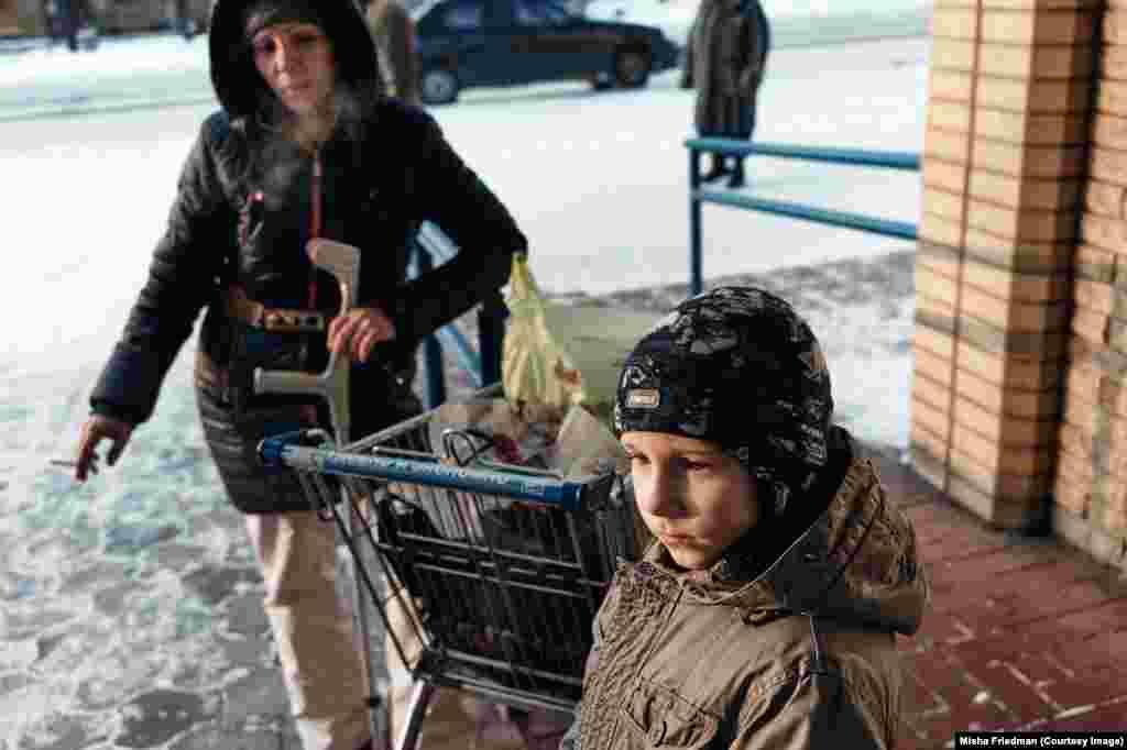 Алла с сыном возвращаются из продуктового магазина. Их покупки и лекарства оплачивает НКО, помогающее перемещенным внутри страны лицам с наркозависимостью. Женщина бежала вместе с сыном из Донецка и теперь живет в Краматорске