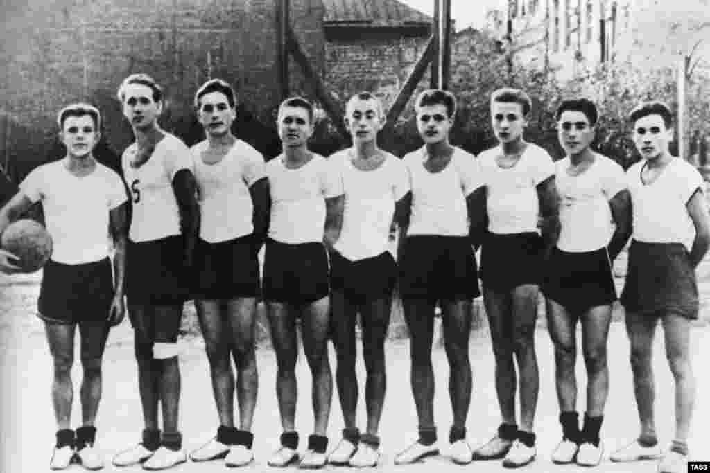 Гагарин (крайний слева) со своей волейбольной командой, 1950 год. Он никогда не был высоким, его рост – 157 сантиметров