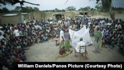 Лекция по борьбе с малярией для жителей деревень в Буркина-Фасо
