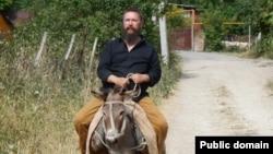 Российский бизнесмен Герман Стерлигов верхом на осле в Нагорном Карабахе, 7 июля 2015